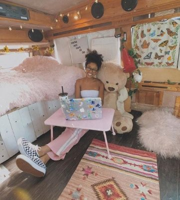 19-year-old girl who lives in a van (Photos)